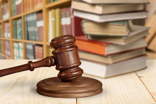 背景の上にコピースペースを持つ木製の裁判官ハンマー。正義と法の概念