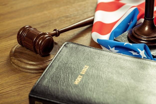 聖書と木製の裁判官のハンマー。正義と法の概念