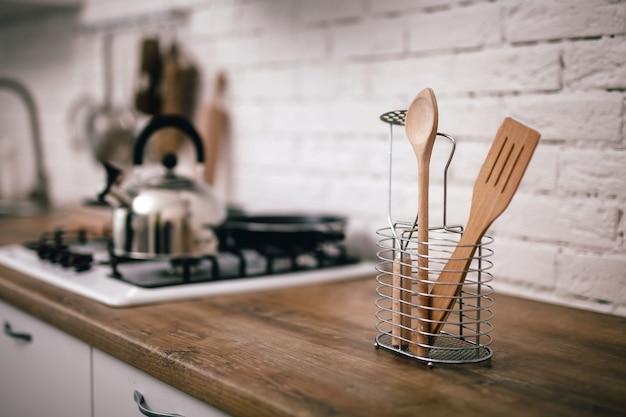Деревянная кухонная техника стоит на столешницах