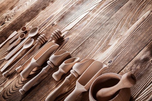 木製のテーブルセットに分離された木製のキッチン