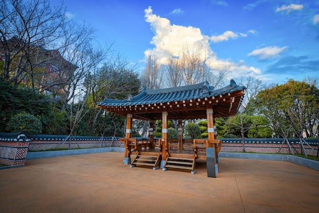 Деревянный корейский павильон с голубым небом и облаками в дневное время