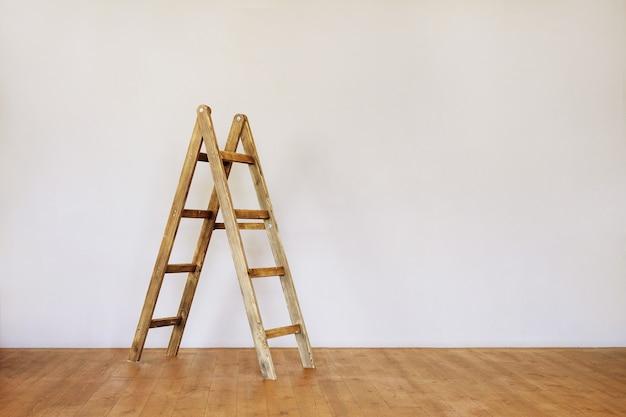 Деревянная лестница в пустой комнате в стиле лофт с пространством для текста.