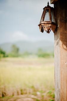 Деревянная лампа прикреплена к столбу