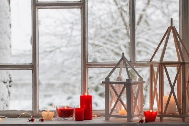 Деревянный фонарь на подоконнике на зимний пейзаж