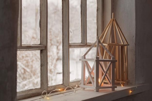窓辺に木製ランタン