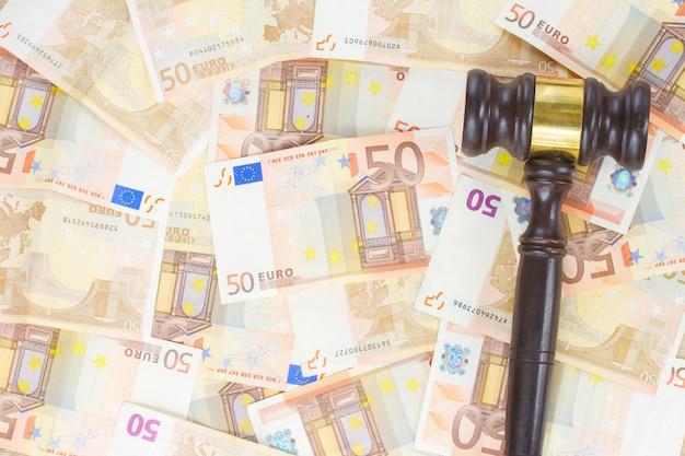 木製のガベルとユーロマネー紙幣の背景