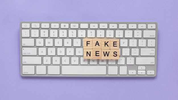 偽のニュースを形成する木製の文字
