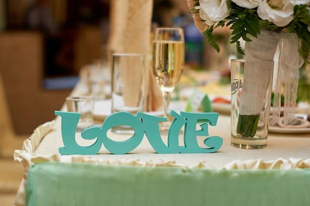 結婚式のテーブルの新郎新婦の木製の手紙愛