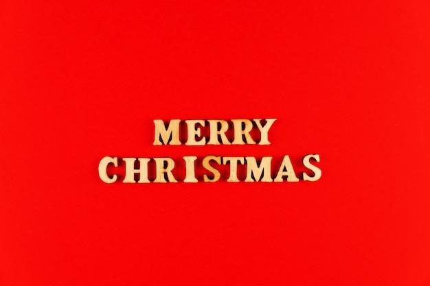 木製の手紙。赤い紙のメリークリスマスのレタリング。スペースをコピーします。