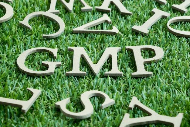 緑の人工芝生に木製の文字
