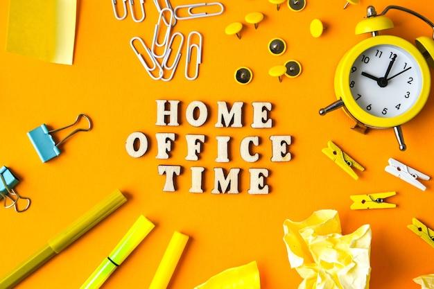 노란색 배경 복사 공간 앞에 사무용품이 있는 나무 문자 텍스트 home office time