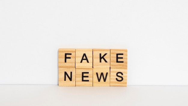 Lettere in legno con fake news