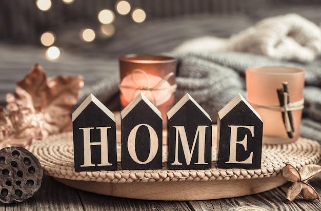 Lettere in legno con la scritta home.