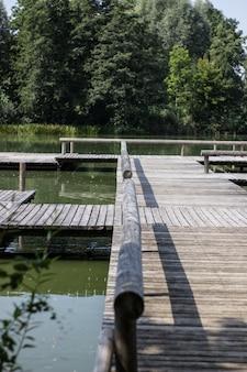 Деревянный рычаг натягивает стальной трос для ручного перемещения парома через реку.