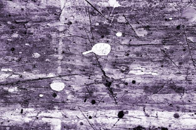 木製のライラックは、釘でグランジテクスチャの背景を引っ掻き、木製のヴィンテージ構造で灰色の白いペンキを落とします。