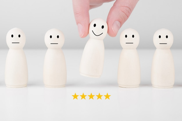 Деревянный человечек дает оценку 5 звезд и улыбается.