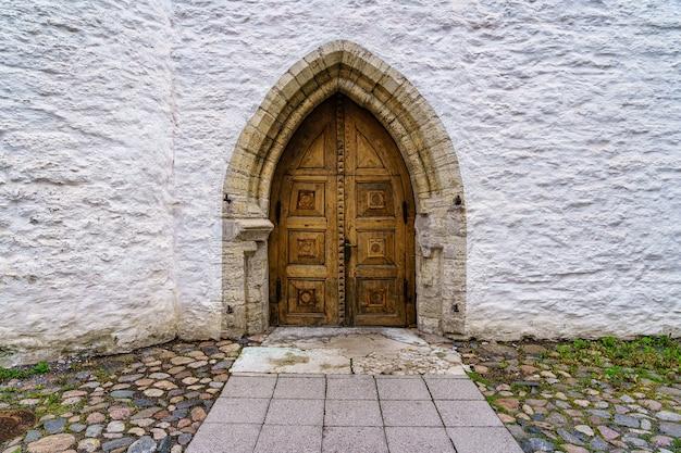 나무 중세 오래 된 문과 흰 벽입니다. 탈린 에스토니아.
