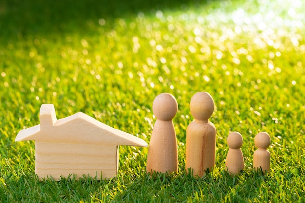 木造の男性フィギュアとおもちゃの木造住宅のクローズアップ