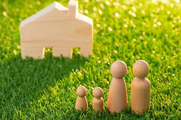 나무 남자 피규어와 장난감 목조 주택