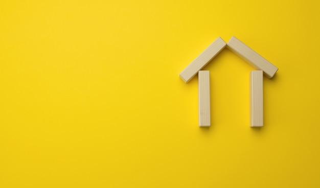 木造ミニチュアハウス。家の売買、不動産の賃貸と賃貸、保険、碑文の場所の概念