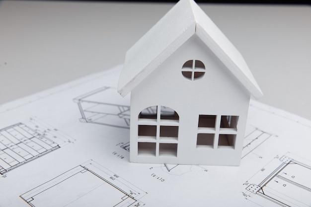 근접 촬영 그리기에 집의 나무 모델