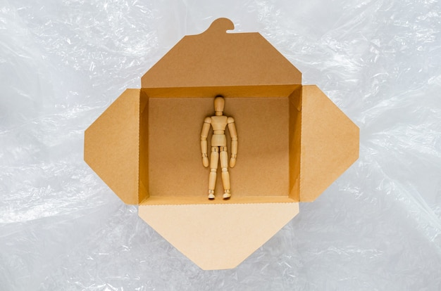 木製モデルは、ビニール袋で囲まれた使い捨ての堆肥化可能な紙製フードボックス内で安全に保たれます