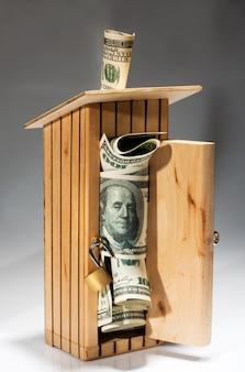 お金でいっぱいの木製の貯金箱