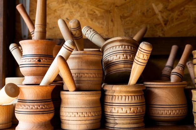 棚にすりこぎ付きの木製乳鉢