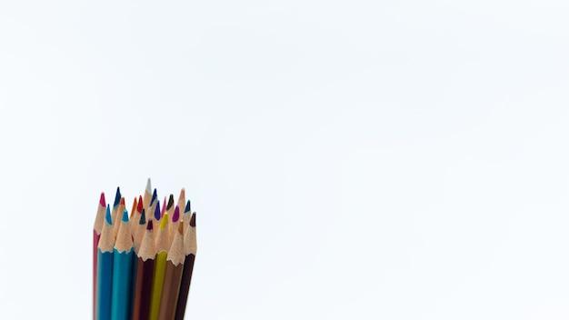흰색 배경에 팩으로 수집된 그림을 위한 다양한 색상의 날카로운 단순 연필