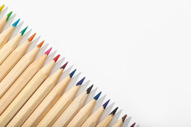 Деревянные разноцветные карандаши, изолированные на белом. вид сверху копирование пространства