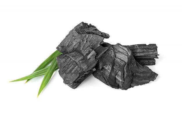Деревянный природный уголь с пандана, изолированные на белой поверхности