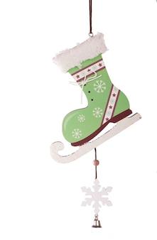 白い表面に分離された木製の新年の刻まれたクリスマスツリーのおもちゃ
