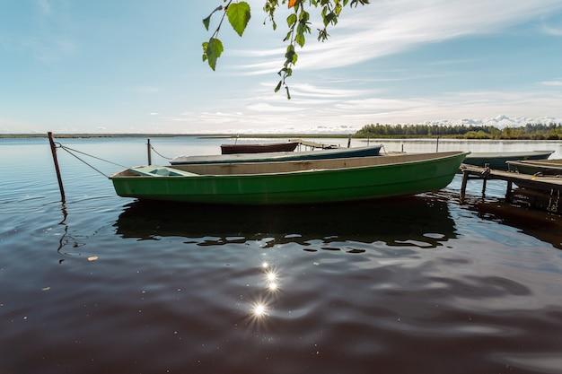 호수에 부두에서 나무 오래 된 낚시 보트.