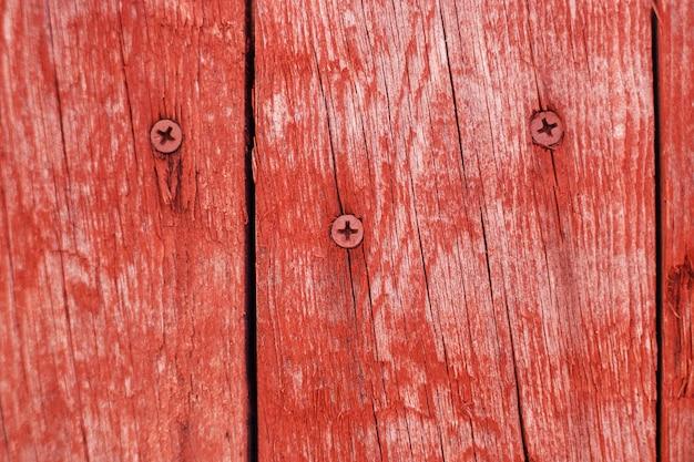 Деревянные старые панели окрашены в красный цвет