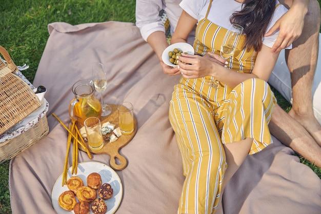 노란색 바지에 여자 근처에 치즈와 오렌지 레모네이드 서 나무 오래 된 접시