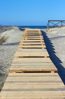 Деревянная дорожка в дюнах с выходом к морю. балтийское море