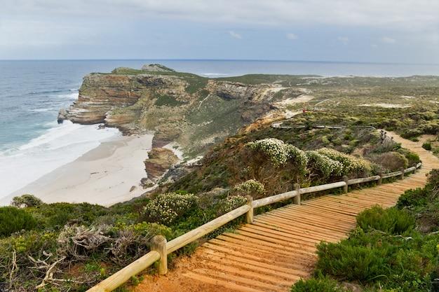Деревянная дорожка с прекрасным видом на море. скалы и океан на мысе доброй надежды, южная африка