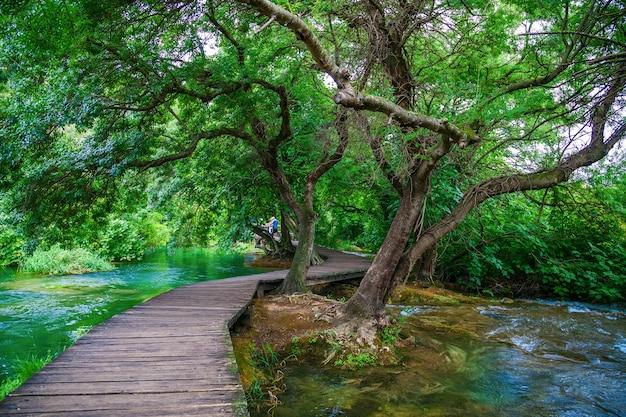 아름다운 녹색 크 르카 국립 공원, 크로아티아의 나무 통로