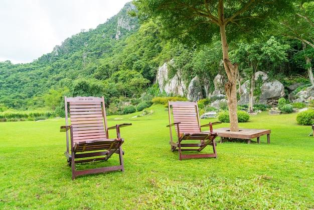 정원에있는 나무로되는 안뜰 의자