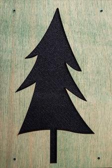 黒の背景に木製パターンのクリスマスツリー。
