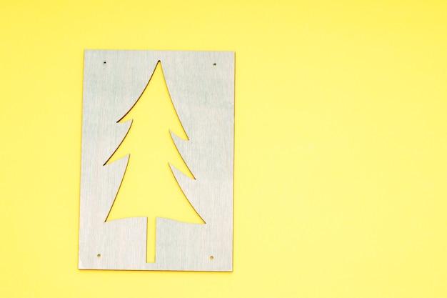 黄色の背景にクリスマスツリーの木模様。