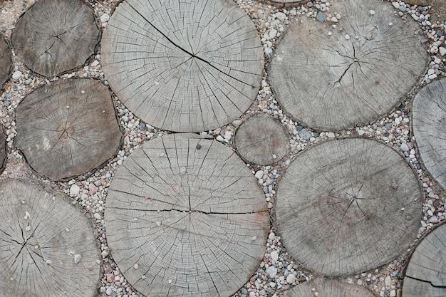 Деревянная мостовая из оцилиндрованных кусков дерева