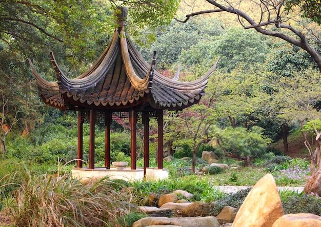 중국 정원에서 나무 파빌리온입니다. 소주 타이거 힐
