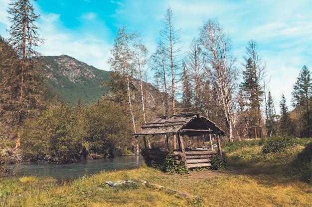 Деревянные беседки у дороги в алтае, сибири, россия. красивый горный пейзаж.