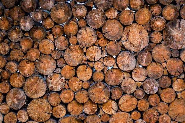 Деревянная фотозона на фоне деревянных кругов. праздничная фотозона на улице с мебелью, свободное место.