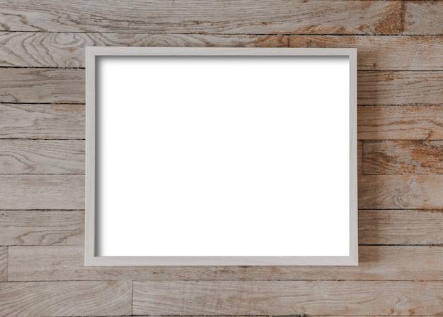 Деревянная рамка для фотографий висит на старой деревянной поверхности стены