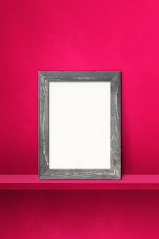분홍색 선반에 기대어 나무 액자입니다. 3d 그림입니다. 빈 모형 템플릿입니다. 세로 배경