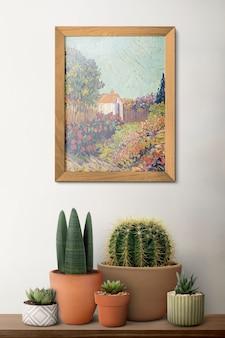 Деревянная фоторамка на полке с кактусом