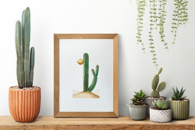 Cornice in legno su mensola con cactus