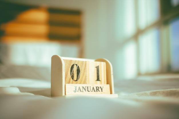 Деревянные детали с тексом 01 января в концепции нового года.